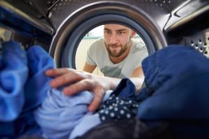 Mann im großen Wäschetrockner Test
